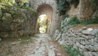 Una passeggiata a Saturnia alla scoperta dei suoi resti antichi