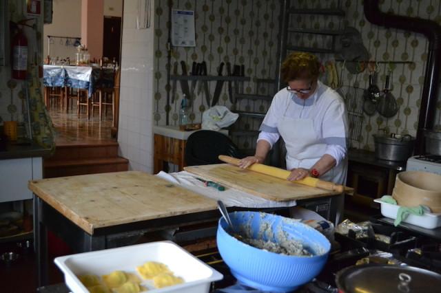 La preparazione dei tortelli. Foto Nadia Poltronieri