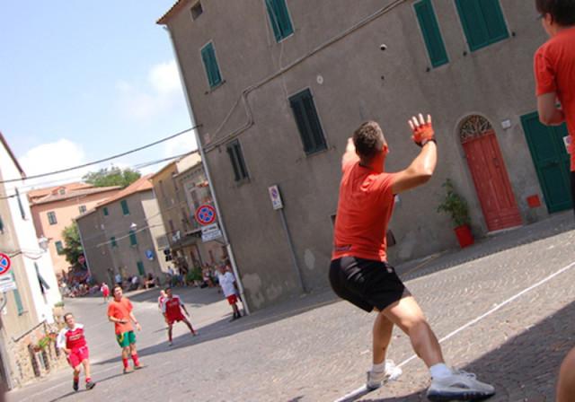 Il gioco della palla eh! Foto Lucia DeLeo.